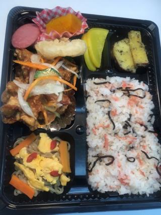 1 若鶏の竜田揚げ彩り甘酢あん&桜えびと塩昆布まぜごはん・・・