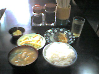 ご飯中+味噌汁+つけもの+焼き魚+マカロニサラダ=470円