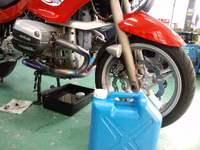 ポリ容器の中身は世界でたった10Lのエンジンオイル。