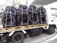 荷台満載になった廃タイヤ。