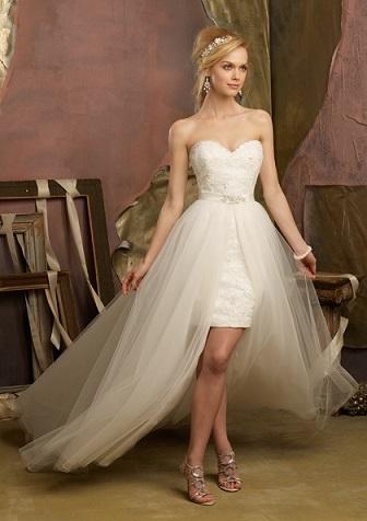 1ebdbb9bd60c4 グラマラスさを醸し出してくれるタイトなミニのウェディングドレス。 ボディーラインを強調してくれるので、手が出せない方もいるのではないでしょうか。