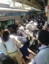 JR南浦和駅で、電車とホームの間に女性が挟まれ、周りにいた乗客が電車を押して救助