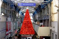 三宮センター街のクリスマスツリー&リース